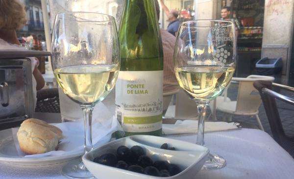 Verre de vin blanc sur une table